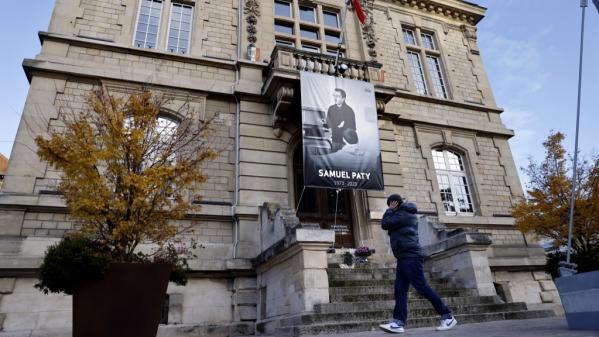 Das Foto des Lehrers Samuel Paty an der Fassade des Rathauses von Conflans-Sainte-Honorine in Yvelines. (THOMAS COEX / AFP)